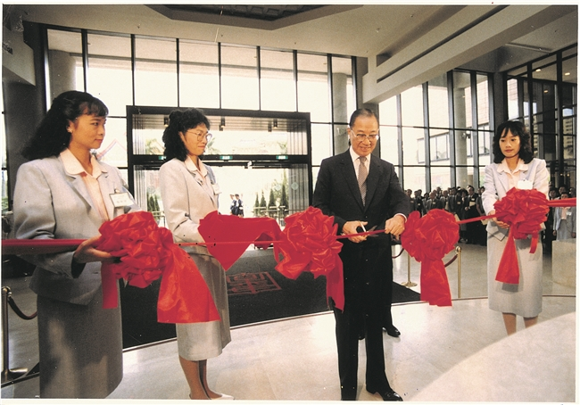 The opening ceremony at the new facility located on Zhongshan South Road; Premier Yu Kuo-hwa was asked to cut the ribbon.