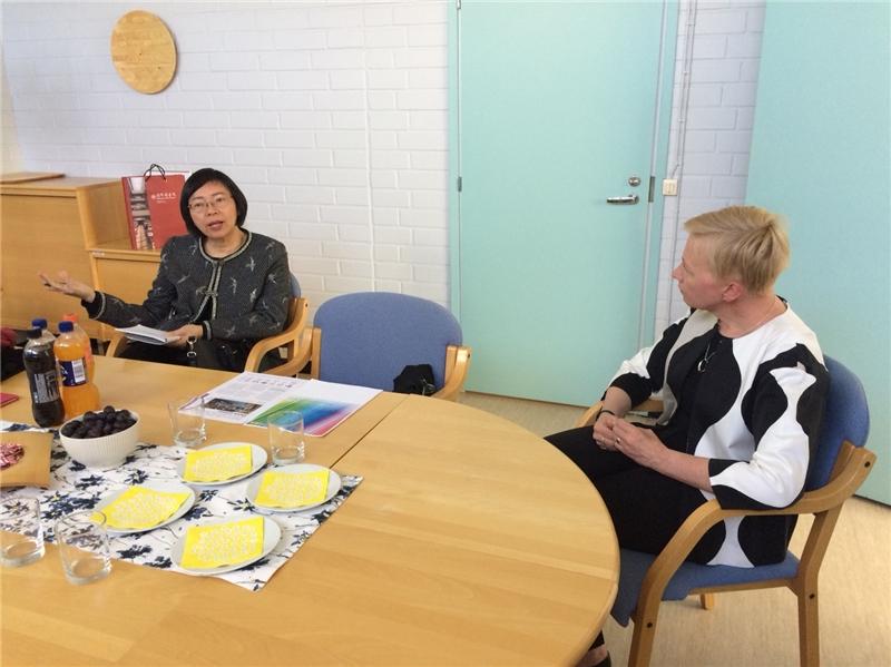 曾館長與芬蘭國家典藏圖書館館長Johanna Vesterinen進行交流會談