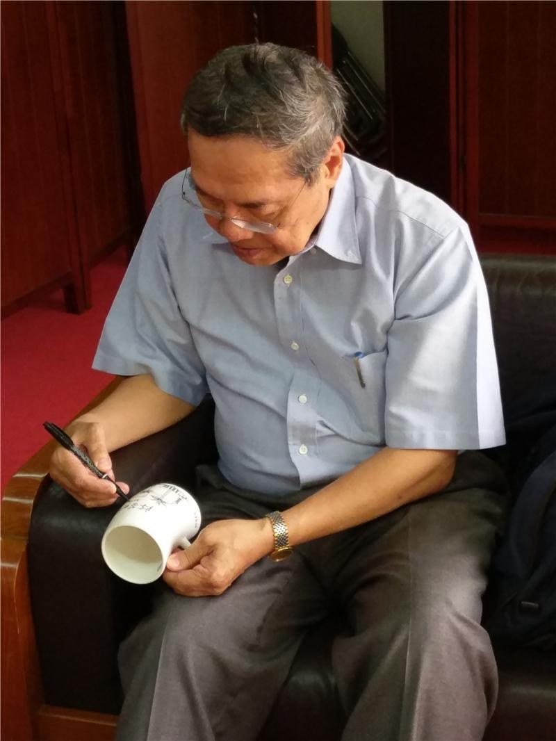 陳教授為國圖作家簽名杯上簽名