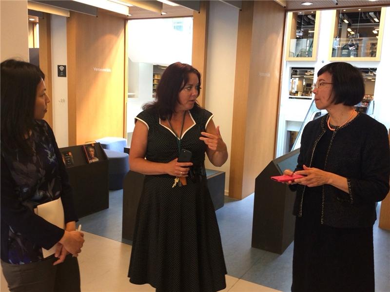 哥本哈根市立圖書館副館長Sanne Caf為曾館長導覽解說