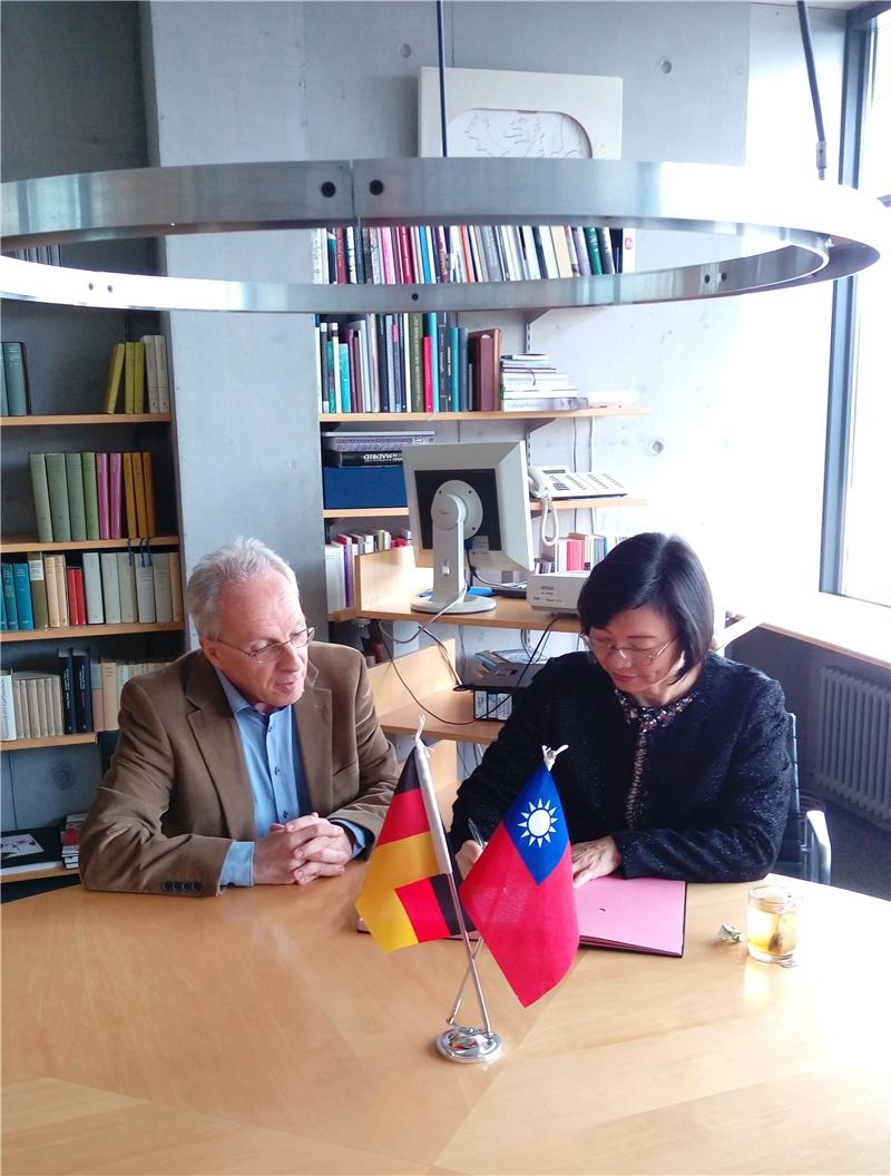 曾館長與德國國家圖書館代表締約