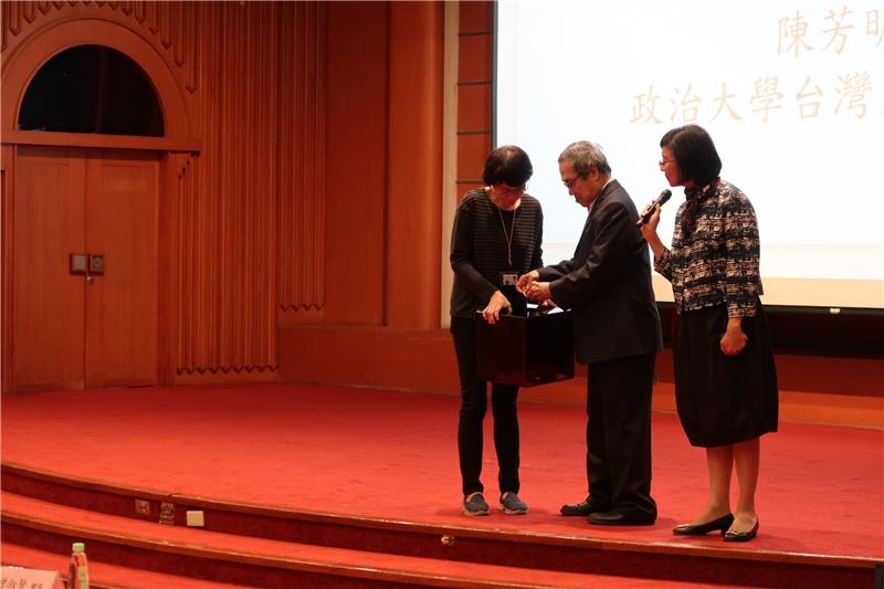 陳芳明教授抽出贈書的幸運得主