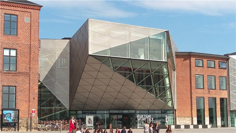 以幾合玻璃帷幕設計成前衛造型的Elsinore公共圖書館