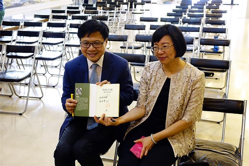 葉俊榮部長簽書《髮的主張》贈送國家圖書館。