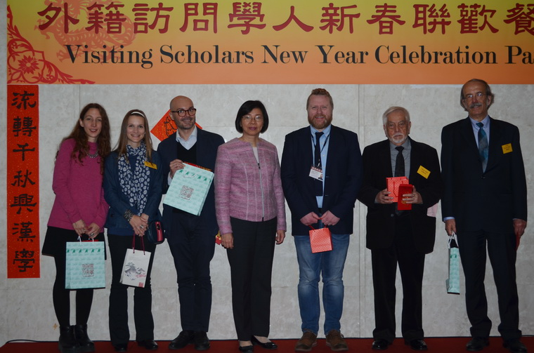Director-General Tseng (center) takes photo with foreign scholars after presenting them with gifts