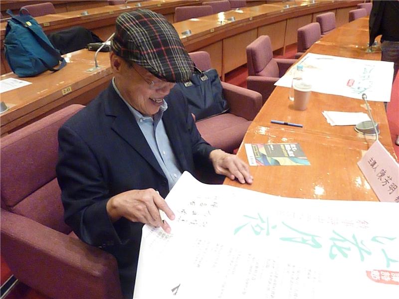 在2017春天讀詩節典藏海報上簽名