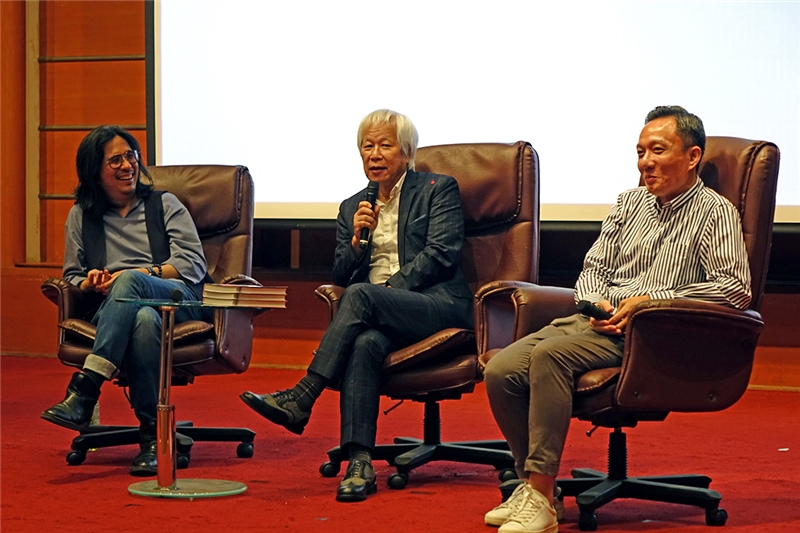 Professor Chien-shou Chen (right) of Academia Sinica hosts the discussion between Mr. Feipeng Ho (center) and Professor Ping-Cheng Yeh