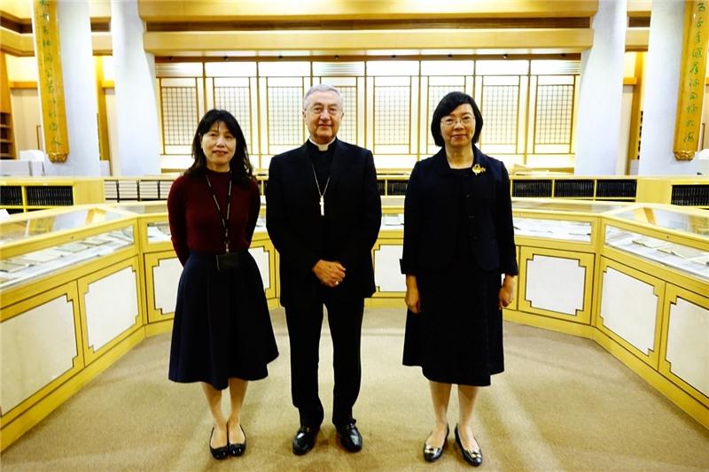 梵蒂岡圖書館及教廷檔案館總館長與曾淑賢館長、呂姿玲主任合影