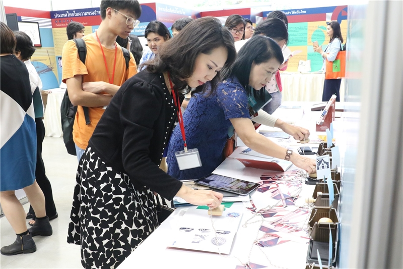 The guests experience the stamp activity.