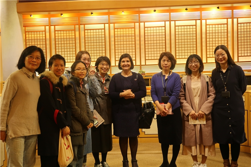 President Ms. Glòria visits the rare book room of NCL.