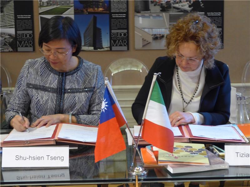 國圖曾淑賢館長(左)、威尼斯大學副校長Tiziana Lippiello教授(右)簽署合作協議