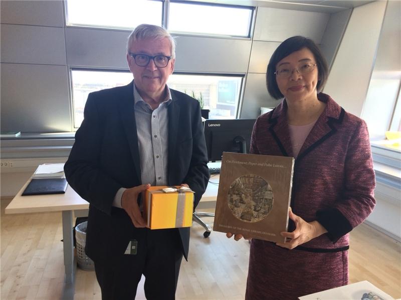 曾淑賢館長參訪丹麥皇家圖書館,與Svend Larsen館長交換紀念品