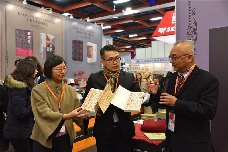 聯經出版公司發行人林載爵先生(右)介紹復刻版原開本《金剛經》