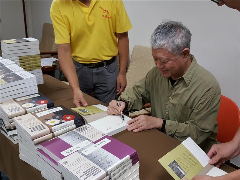 蔣勳老師為讀者簽書