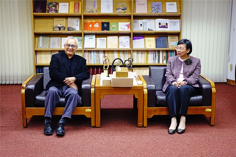 Director Lin (left) and Director-general Tseng talk of their experience publishing ancient books.