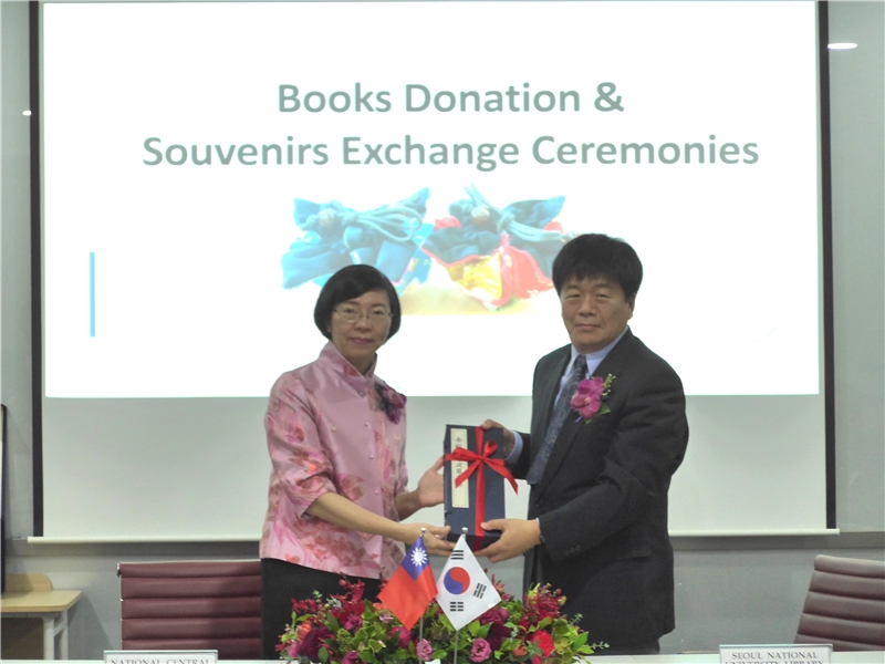 Director-General Tseng signed cooperative memorandum on the TRCCS with Director-General Hong, the Seoul National University Library.