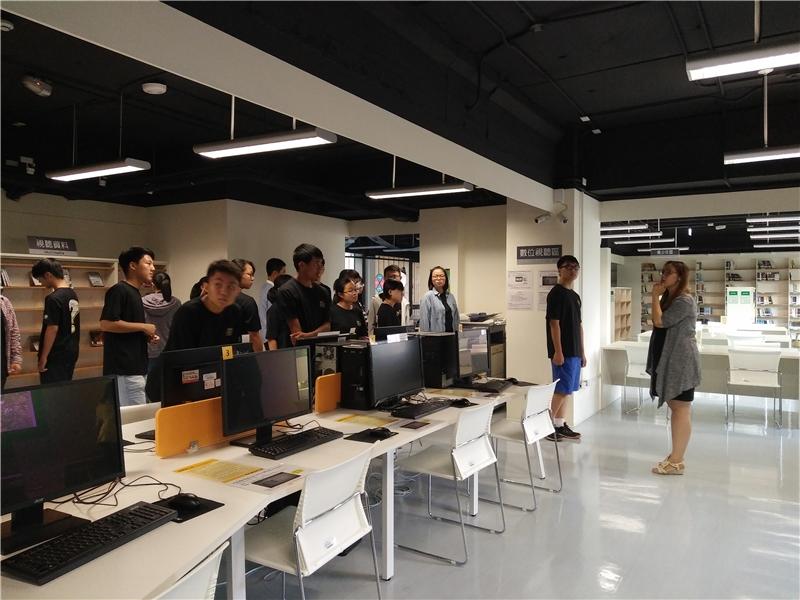 臺中市立圖書館精武分館江芊儒主任為學員導覽