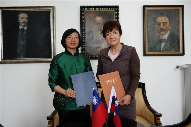 曾淑賢館長與斯洛維尼亞國家圖書館館長Martina Rozman Salobir女士簽署合作協議