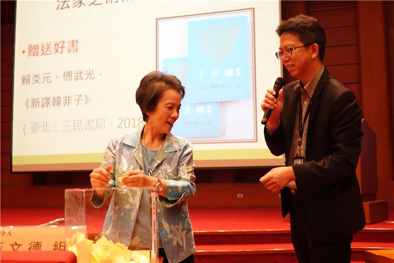 陳麗桂教授為讀者抽出贈書