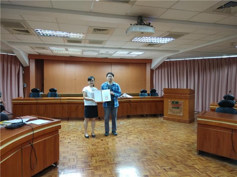 圖5彰化縣文化局周慧貞科長頒發成績優異學員獎狀