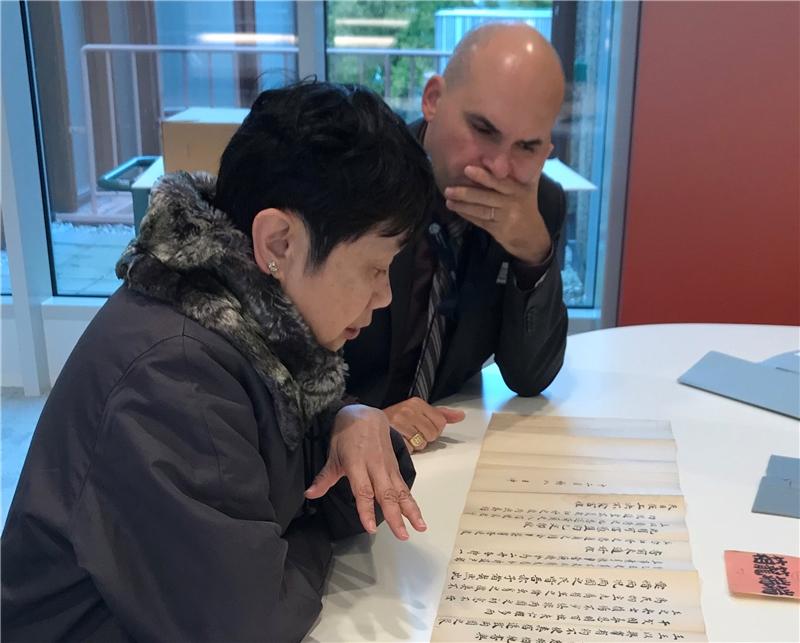 圖書館馬日新主任與林滿紅教授討論明鄭時期特藏