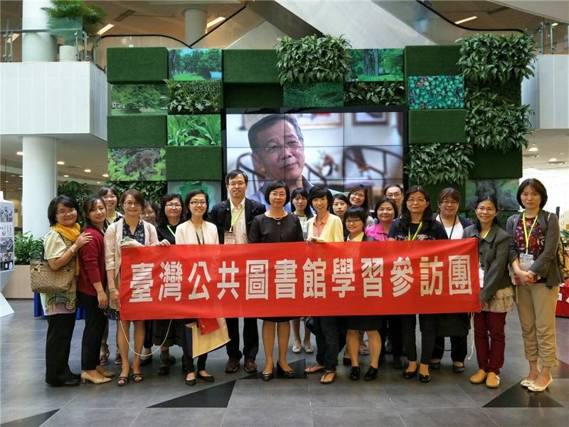 圖8  「臺灣公共圖書館新加坡學習參訪團」參觀裕廊區圖書館