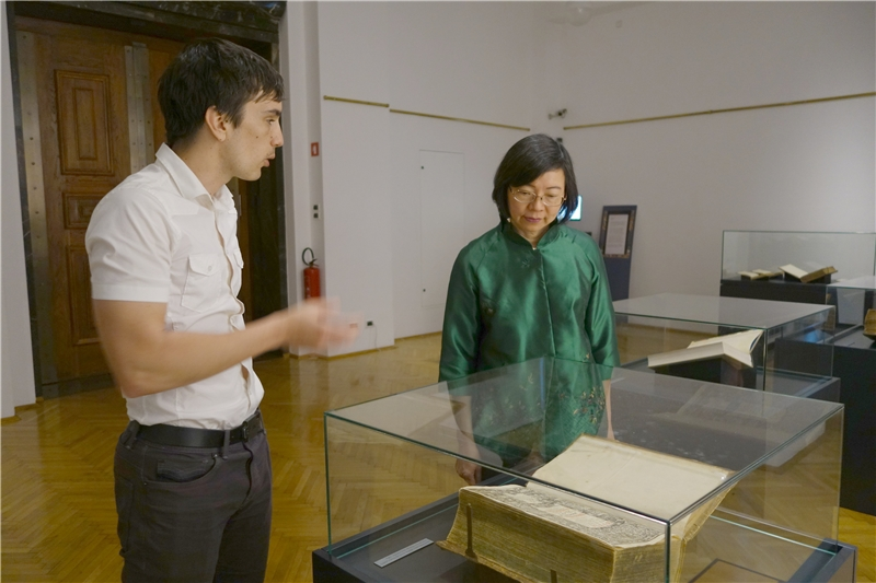 斯洛維尼亞國家圖書館國際事務部館員Ziga Cerkvenik 為曾館長導覽該館的歷史特展