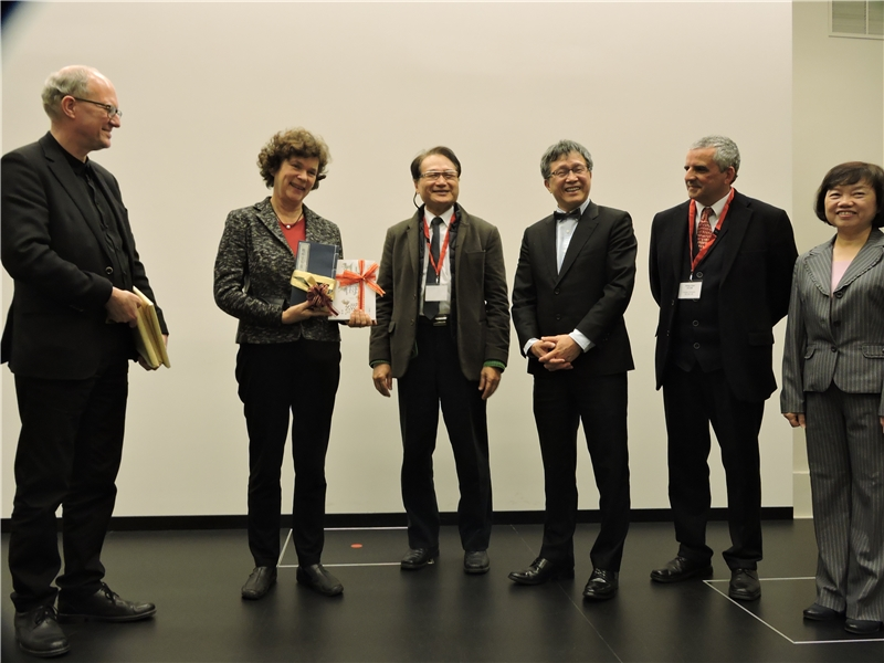 合影 左起ULRICH SCHNEIDER 館長、BEATE A. SCHÜCKING 校長、李豐楙教授、謝志偉大使、柯若樸教授、吳英美副館長