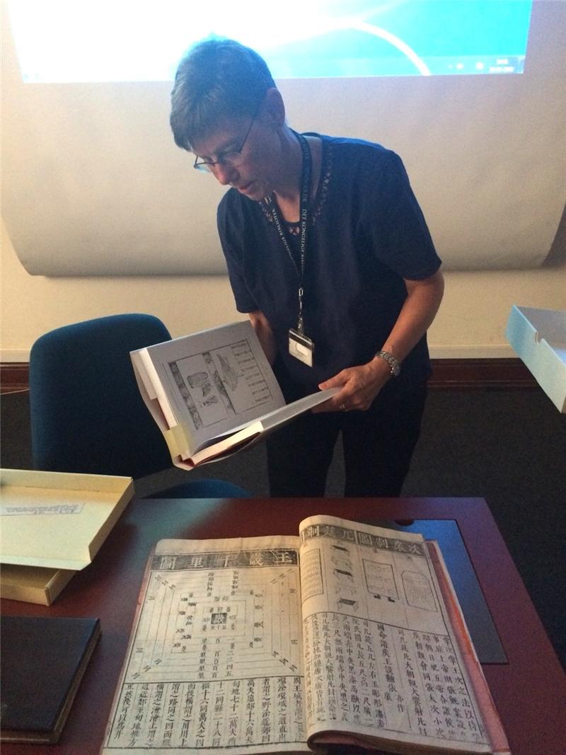 丹麥皇家圖書館東方館藏部主任Eva-Maria Jason展示館藏中文古籍