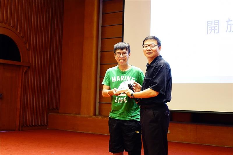 林明昌教授與獲贈圖書讀者合影
