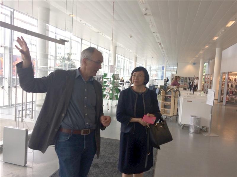 哥本哈根大學人文學院圖書館館長Hans Kristian Mikkelsen親自為曾館長導覽