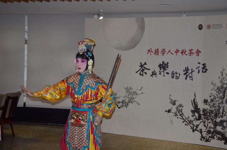 潘俊仁老師表演虞姬舞劍