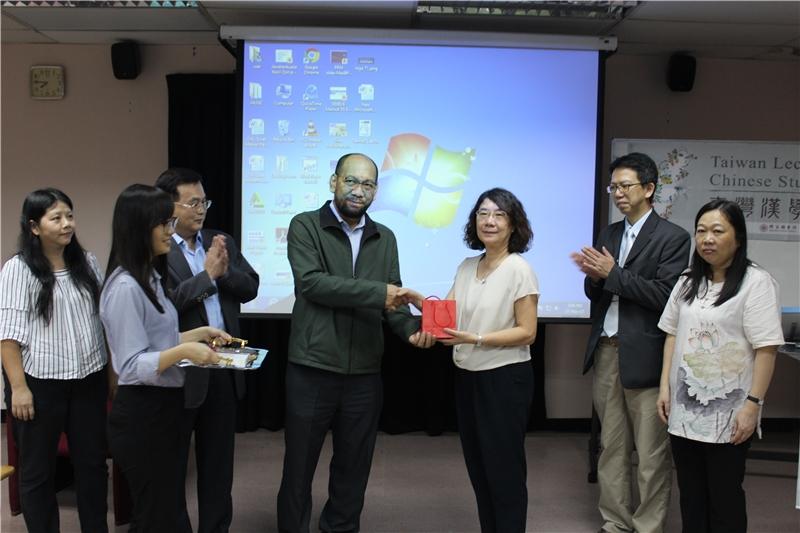 馬大圖書館Mahbob Yusof代理館長致贈禮品(馬來亞大學提供攝影)