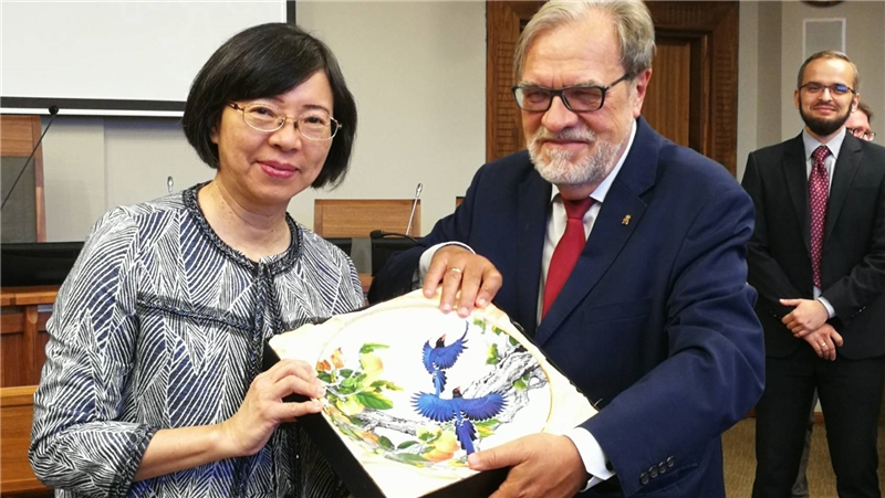Director-General Tseng presents the university with a porcelain plate depicting blue magpies