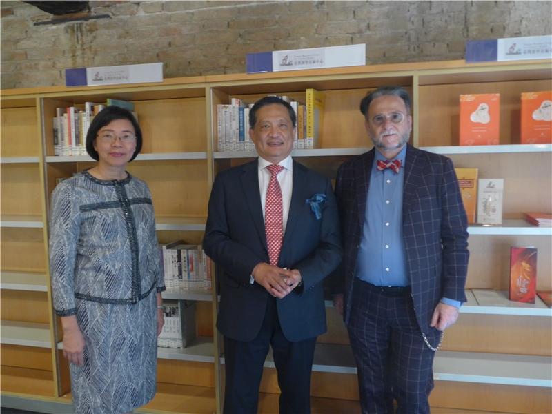 曾淑賢館長(左)、李新穎大使(中)、Marco Ceresa教授(右)合影