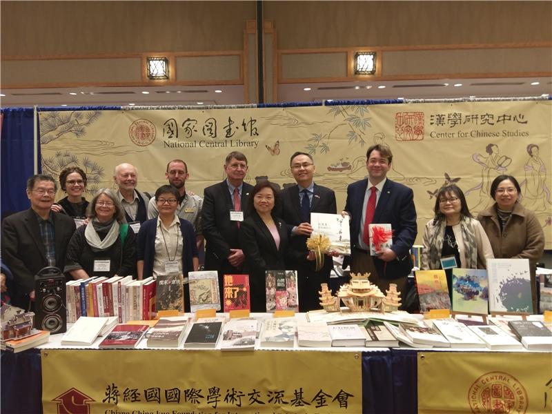 吳英美副館長、張詩瑞處長與CU Boulder 出席師長,及學術交流基金會-Fulbright Taiwan 執行長李沃奇博士合影
