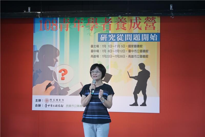 臺中市立圖書館張曉玲館長向學員勉勵