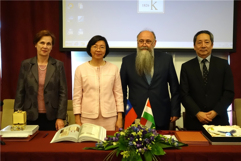 From left - Dr. Ágnes Kelecsényi (Head of Department Oriental Collections), Director-General Tseng, Dr. István Monok (Director-General of the Library), Representative Tao Wen-lung