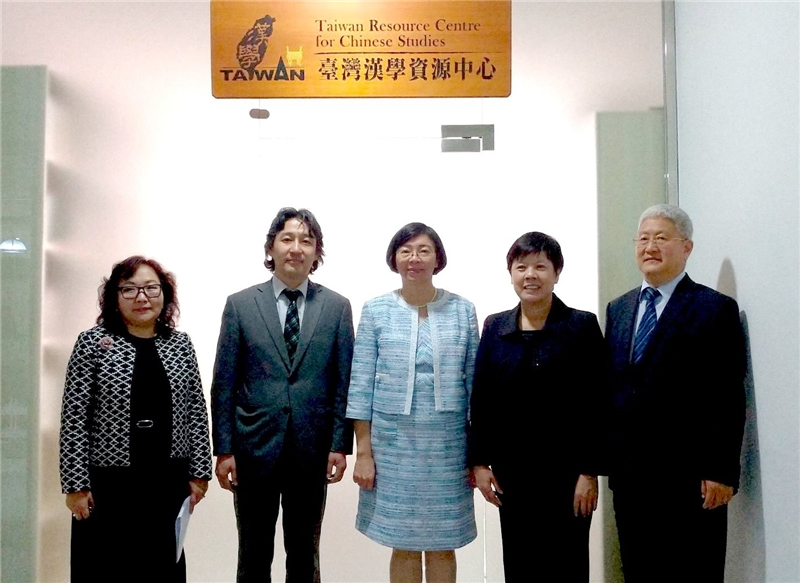 NCL and National University of Mongolia collaborated to establish the first Taiwan Resource Center for Chinese Studies in Mongolia. Vice President LODOIRAVSAL (2nd from left), Director-general Tseng (3rd from left)
