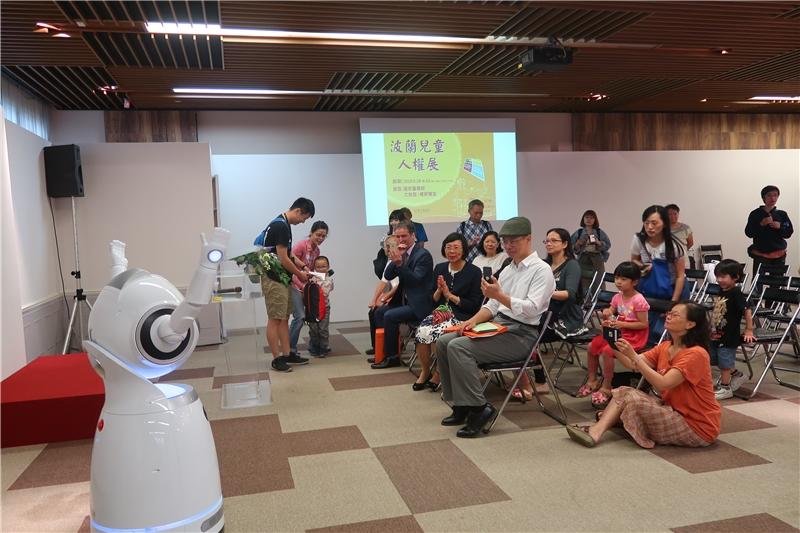 國圖導覽機器人與民眾互動