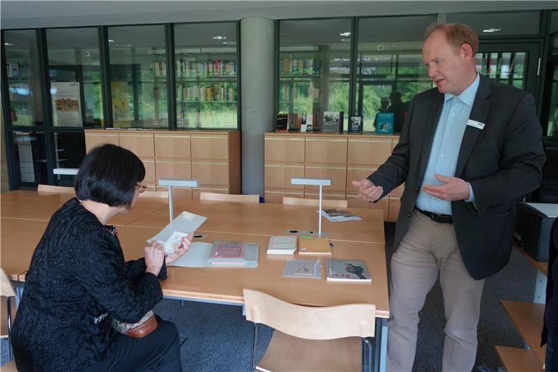 特藏Jorn Hasenclever博士為曾館長展示愛因斯坦親筆簽名照及其給予姪子之親筆信函手稿