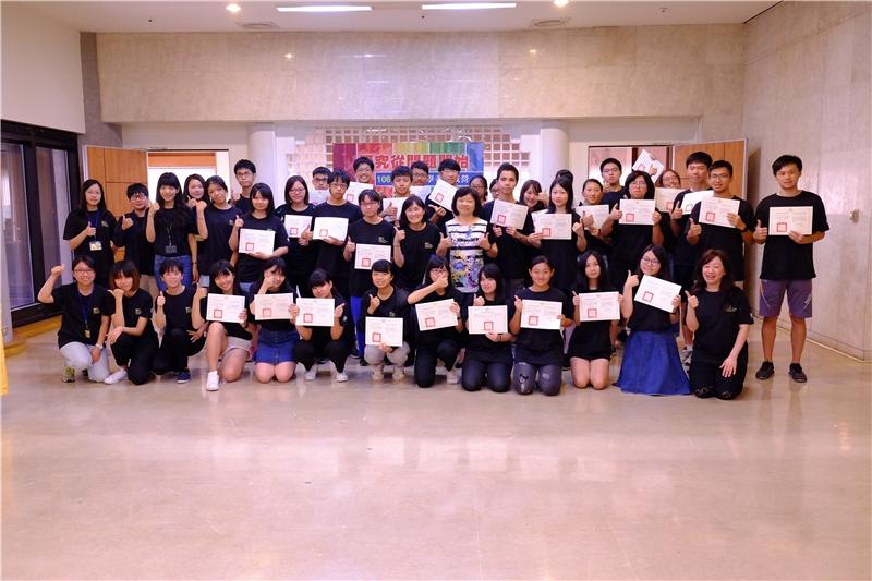 青年學者養成營第3梯次學員結業式與吳英美副館長合影