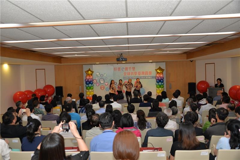照片5:「臺灣華文電子書庫Taiwan eBook」全文電子書資料庫啟用典禮,由新北市頭前國中同學表演揭開活動序幕。