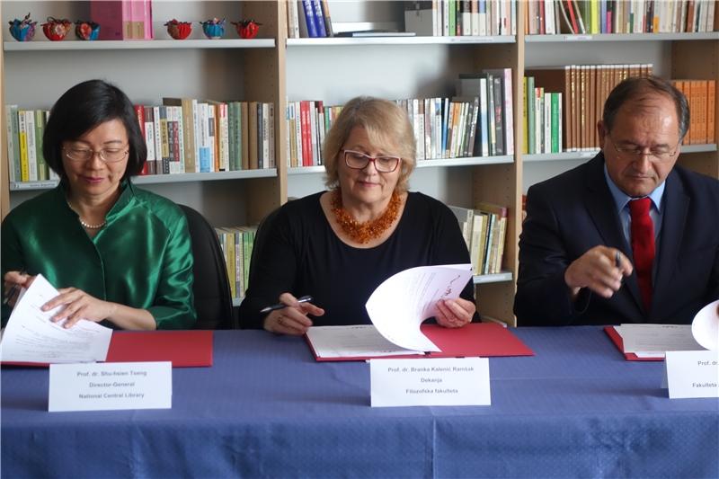 曾淑賢館長與盧比亞納大學社會科學院院長Rado Bohinc教授(右1)及人文學院院長Branka Kalenić Ramšak教授(中)共同簽署「臺灣漢學資源中心」合作協議