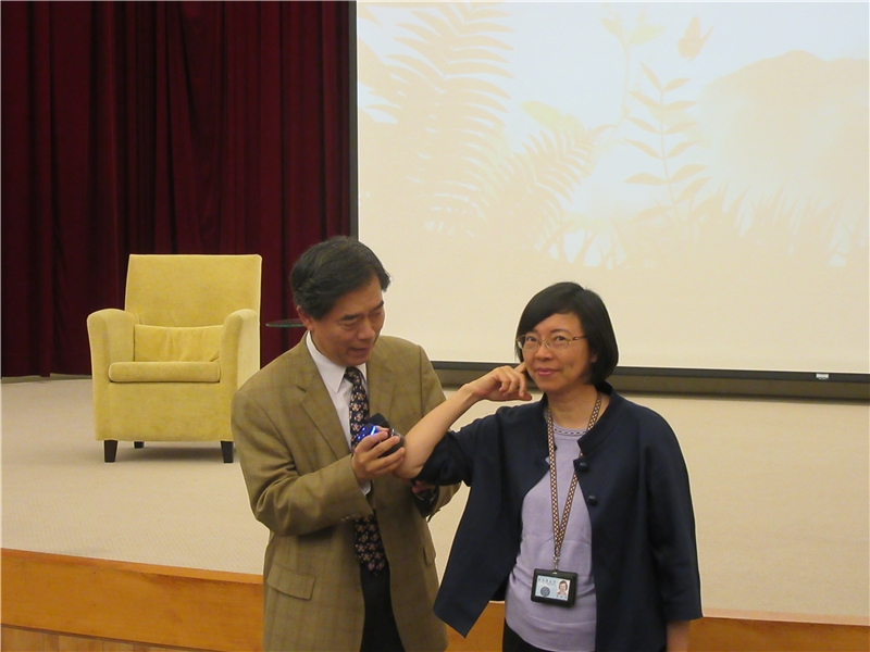 圖5:孫維新老師邀請曾館長示範聲音的共鳴現象