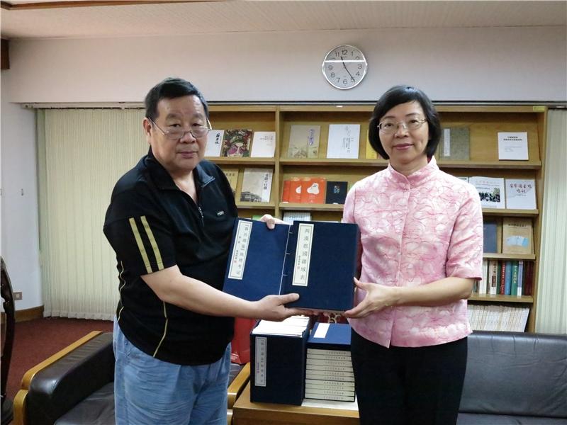 羅汝珩先生(左)代表捐贈《「資治通鑑」地理考證》等書予本館,曾淑賢館長代表接受