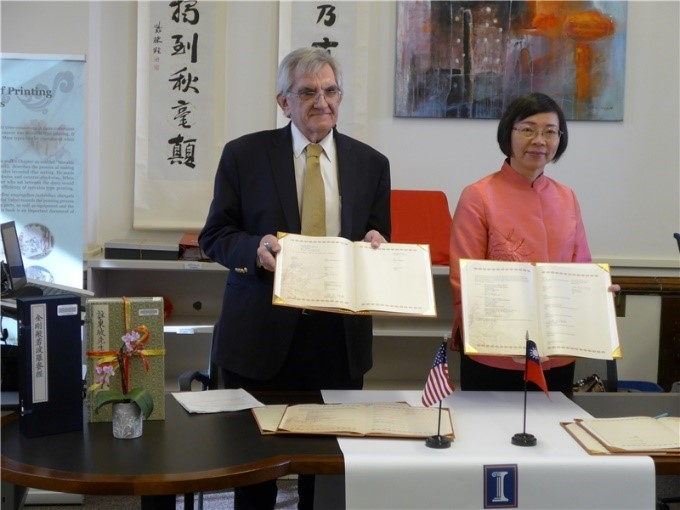 NCL Director-General Tseng and acting UIUC librarian William H. Mischo completed the signing of the two collaborative agreements