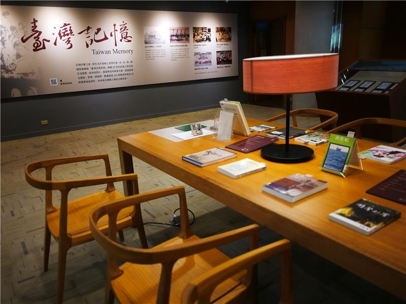 圖3、雅緻的閱讀桌呈現各項珍貴教育與研究史料