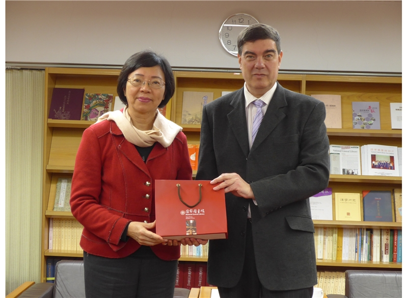 Director-general Tseng presents a gift of books to Representative Asher Yarden