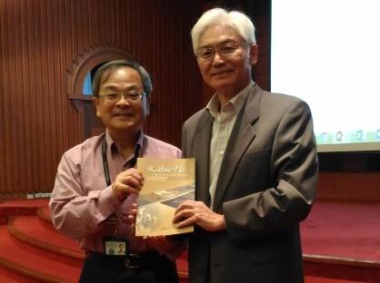 曾堃賢主任代表國圖贈書給蘇錦夥教授